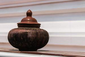 pot en argile sur l'eau potable photo
