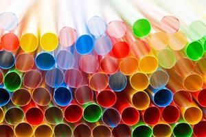 Gros plan de pailles en plastique coloré photo