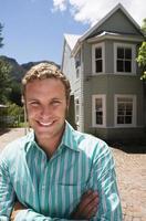 homme, allée, devant, maison individuelle, bras croisés photo