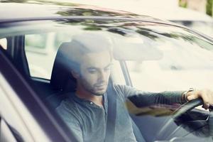 jeune homme, conduire voiture photo