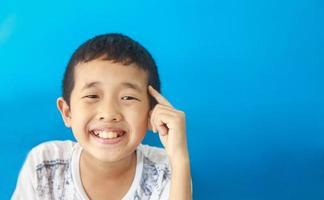 garçon intelligent pense et se fait une idée puis sourit photo
