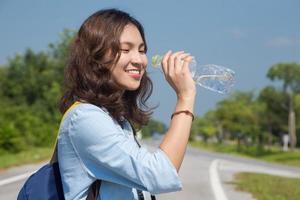 femme, très, heureux, dehors, porte, voyage, eau potable photo