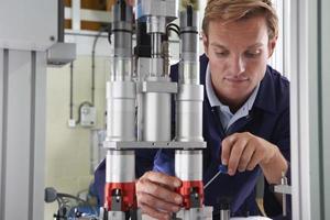 ingénieur travaillant sur machine en usine photo