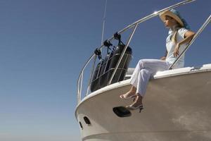 jeune femme assise sur un bateau photo