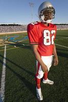 joueur football, debout, sur, champ photo