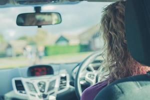 jeune femme, conduire voiture photo