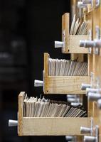 trois tiroirs ouverts dans la bibliothèque d'archives photo