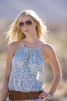 jeune femme, dans, lunettes soleil, main hanche, gros plan photo