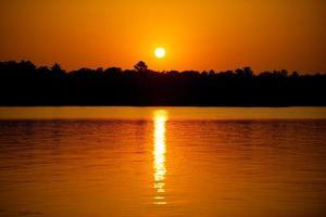 coucher de soleil sur un lac photo
