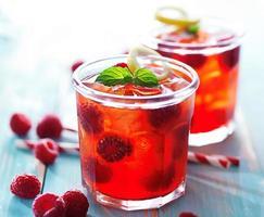 verres de jus de framboise rétro-éclairés photo