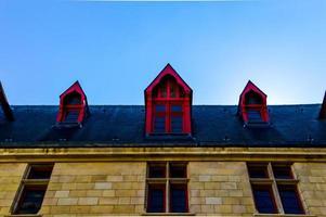 bâtiment sur le toit avec garniture rouge
