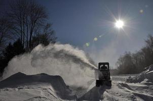 souffleuse à neige sur un matin glacial
