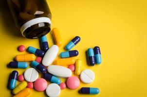 pilules et comprimés colorés photo