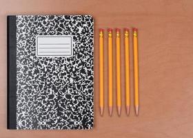 crayons et livre à thème