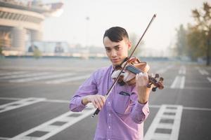 jeune fou drôle musicien violoniste homme asiatique photo