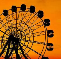 grande roue au coucher du soleil.