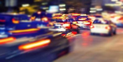 accélérer le trafic sur la route de nuit photo