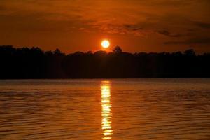 un coucher de soleil sur un lac du nord du wisconsin photo