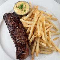 steak frites avec frites et frites maison bearnasie, sauce béarnaise