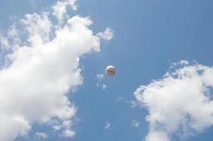 balle de baseball dans le ciel photo