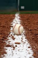 baseball sur la ligne de craie intérieure photo