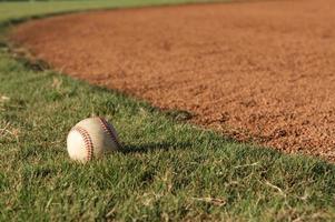 baseball dans l'herbe photo