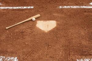 baseball et batte près du marbre photo