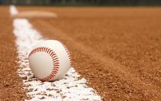 baseball sur la ligne de craie photo