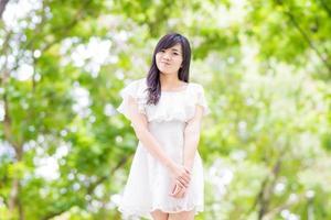 portrait, beau, femme asiatique, marche, dans parc