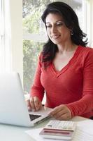 hispanique, femme, utilisation, ordinateur portable, maison, bureau photo