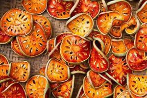 bouchent les tranches de fruits bael séchés photo