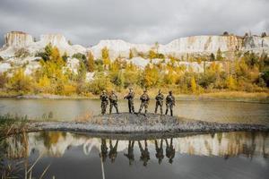 groupe de soldats debout et regardant la caméra photo