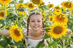 fille joyeuse se cachant dans les tournesols