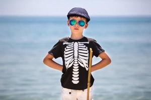 joyeux petit garçon ayant se détendre à l'extérieur photo