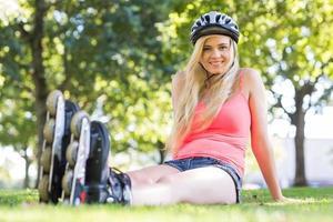 blonde joyeuse décontractée portant des patins à roues alignées photo