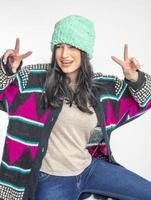 jeune fille joyeuse en chapeau de laine photo