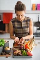 jeune femme au foyer avec des légumes dans la cuisine photo