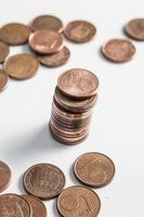 Colonne de monnaie euro un cent isolé sur fond blanc
