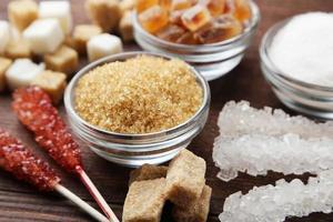 Différentes sortes de sucre sur fond de bois brun