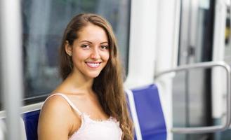 Passagère fille à l'intérieur du train photo