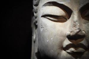 Gros plan de Bouddha en pierre photo