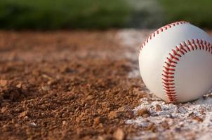 baseball bouchent sur la ligne de craie photo