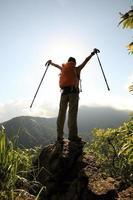 applaudir, randonneur femme, bras ouverts, à, sommet montagne, falaise