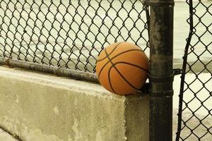 basket-ball dans la cour de récréation urbaine photo