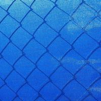 derrière la clôture