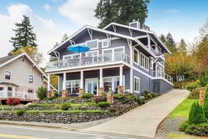 grande maison moderne grise et garage.