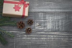 cadeau de Noël sur le bois photo