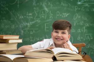 joyeux écolier souriant
