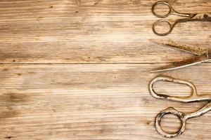 vieux ciseaux sur fond en bois. copier l'espace à droite. photo