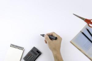 main tenant un marqueur noir sur blanc avec espace de copie. photo